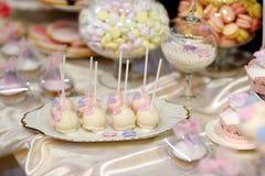 Bröllopstårtan poppar i rosa färger och lilor Royaltyfria Bilder