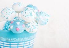 Bröllopstårtan poppar i vita och mjuka blått. Royaltyfri Fotografi