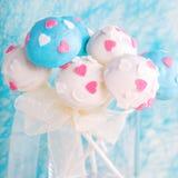 Bröllopstårtan poppar i vita och mjuka blått Royaltyfri Foto