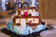 Bröllopstårtan ser som resväskor för lopp Fotografering för Bildbyråer