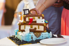 Bröllopstårtan ser som resväskor för lopp Royaltyfria Bilder