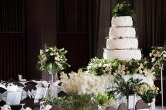 Bröllopstårtan står på den dekorerade tabellen arkivfoton