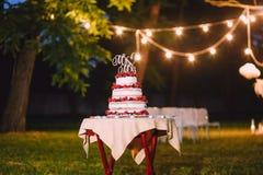 Bröllopstårtan utanför afton märker herr Mrs royaltyfri foto