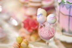 Bröllopstårtapop som dekoreras med sockerblommor Arkivbild