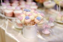 Bröllopstårtapop som dekoreras med sockerblommor Arkivbilder