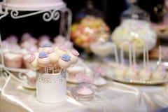 Bröllopstårtapop som dekoreras med sockerblommor Fotografering för Bildbyråer