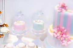 Bröllopstårtor i kräm och rosa färger med pärlor Arkivfoton