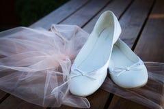 Bröllopstilleben - bruds skor Fotografering för Bildbyråer