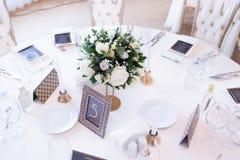 Brölloptabell med vita naturliga rosor royaltyfri foto