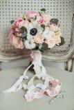 Brölloptillbehör: bukett för boutonniere- och brud` s arkivbilder