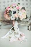 Brölloptillbehör: bukett för boutonniere- och brud` s royaltyfria foton