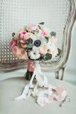 Brölloptillbehör: bukett för boutonniere- och brud` s fotografering för bildbyråer
