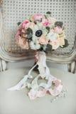 Brölloptillbehör: bukett för boutonniere- och brud` s royaltyfri fotografi