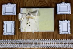 Brölloptillbehör och inbjudningar för att inrama den ljusa trätabellen Arkivbild