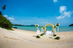 Brölloptseromoniyaen på kusten i Thailand Royaltyfria Bilder