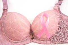 Bröstcancermedvetenhet, rosa band och rosa färgbehå på vita Backg Royaltyfri Bild