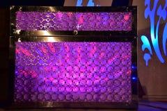 Bröstkorg av purpurfärgade ljus på etappen för ett bröllop Fotografering för Bildbyråer