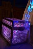 Bröstkorg av purpurfärgade ljus på etappen för ett bröllop Arkivfoto