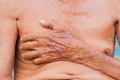 Bröstkorg för hög man för Closeup asiatisk med textur av den bruna skrynklan han Royaltyfria Foton