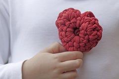 Bröstkorg för hjärta för virkning för valentinvirkninggarneringar Royaltyfri Foto