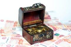 Bröstkorg med pengar Fotografering för Bildbyråer