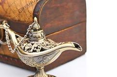 Bröstkorg och aladinlampa Royaltyfri Fotografi