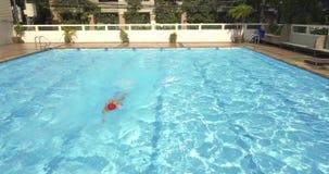 Bröstsim för idrottsman nenmansimning i simbassängen lager videofilmer