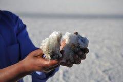 Bröt Bolivians saltar kristaller på Uyuni de salta lägenheterna Royaltyfri Fotografi