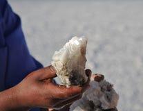 Bröt Bolivians saltar kristaller på Uyuni de salta lägenheterna Royaltyfria Foton