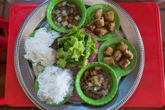 ` Brötchen Cha-` ist ein vietnamesischer Teller des gegrillten Schweinefleisch und der Nudel lizenzfreies stockfoto
