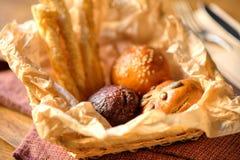 Brötchen des Brotes in einem Korb Stockbilder