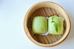 Brötchen des grünen Tees im Bambuskorb Stockfotos