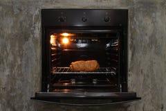 Brötchen im Ofen Stockbild