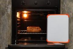 Brötchen im Ofen Stockbilder
