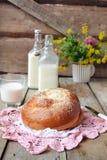 Brötchen mit Butter und Milch Frühstück in der rustikalen Art Selektives f Lizenzfreie Stockbilder