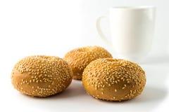Brötchen mit drei Sandwichen mit den Samen des indischen Sesams lokalisiert auf Weiß Stockfotografie