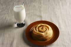 Brötchen mit Milch stockfoto