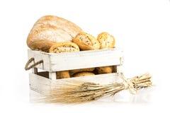 Brötchen und ciabatta, Brot auf Holzkiste Gerste und frische Mischbrote lokalisiert auf weißem Hintergrund Lizenzfreies Stockfoto
