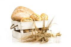Brötchen und ciabatta, Brot auf Holzkiste Gerste und frische Mischbrote lokalisiert auf weißem Hintergrund Stockfotos