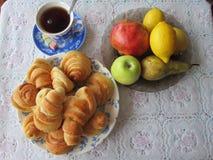 Brötchen und Frucht zum Tee lizenzfreie stockbilder