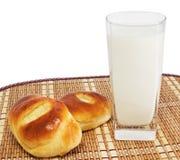 Brötchen und Glas Milch Stockbild