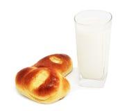 Brötchen und Glas Milch Lizenzfreie Stockfotografie