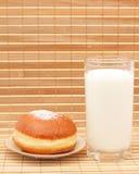 Brötchen und Milch in einem Glas Lizenzfreie Stockfotos