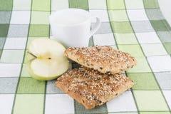 Brötchen- und Milchschalenfrühstück Stockbild