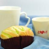 Brötchen und weiße Kaffeetasse Stockfoto