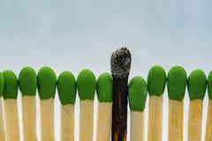 Brûlé bâton carbonisé noir de match images stock