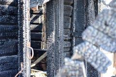 Brûlé en bas de la maison en bois après un feu Photos stock