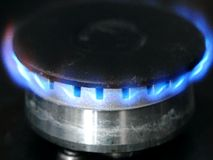 Brûleur à gaz brûlant sur le fourneau clips vidéos