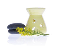 Brûleur, cailloux et fleurs à mazout pour la relaxation mentale images stock