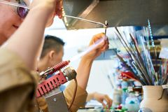 Brûleur femelle de Shaping Glass Bead d'artiste photos libres de droits